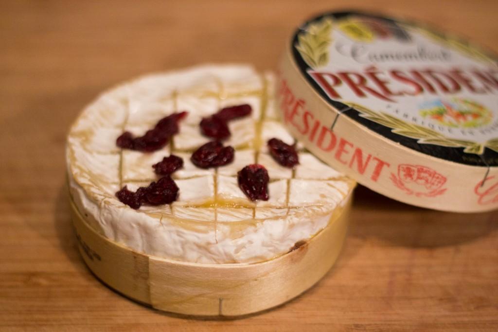 Camembert roti aux échalottes au porto et cranberries